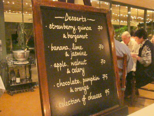 Menyn i form av stör tavla som togs fram till varje bord