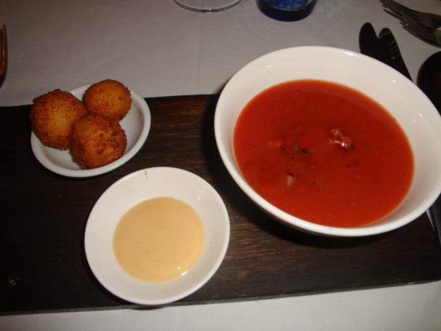 Tomatgazpacho, rostad vitlöksaioli, basilikaolja, ostkroketter friterade