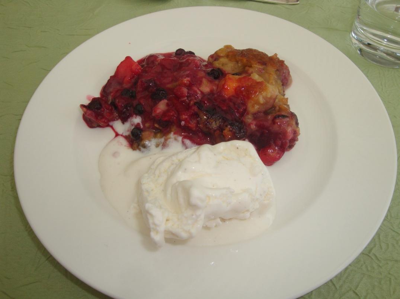 Bärfrukt med knäcktäcke och glass