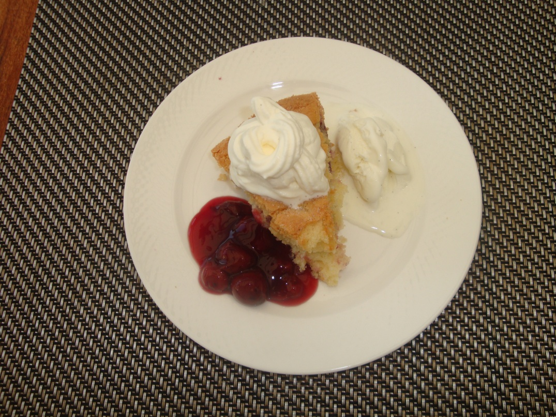 Körsbärskaka med körsbärssås, grädde och vaniljglass (2)