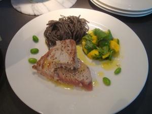 Tonfisk med svart bönpasta och sallad med mango, avokado och machesallad, vitlöksvinägrette