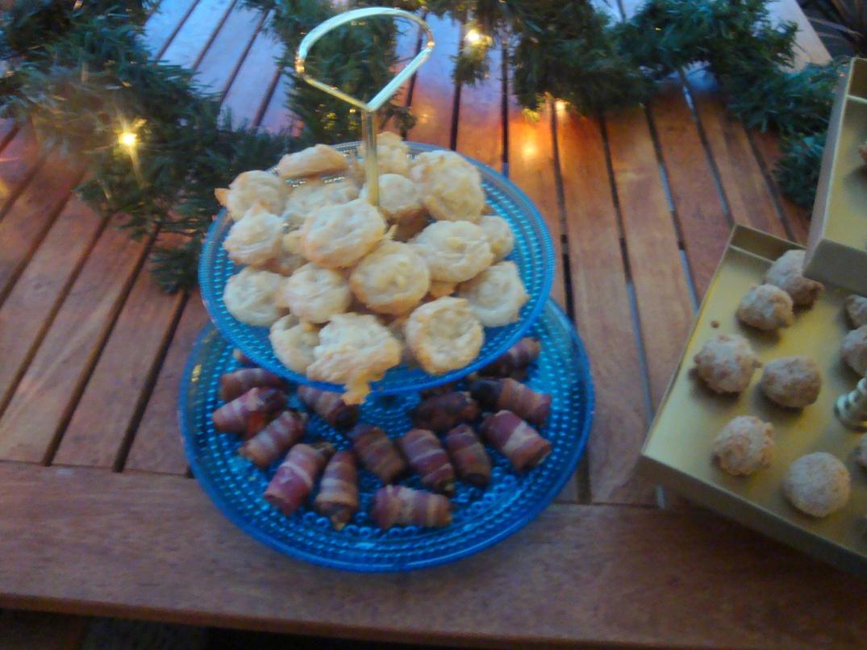 Ostsnurror och baconlindade dadlar