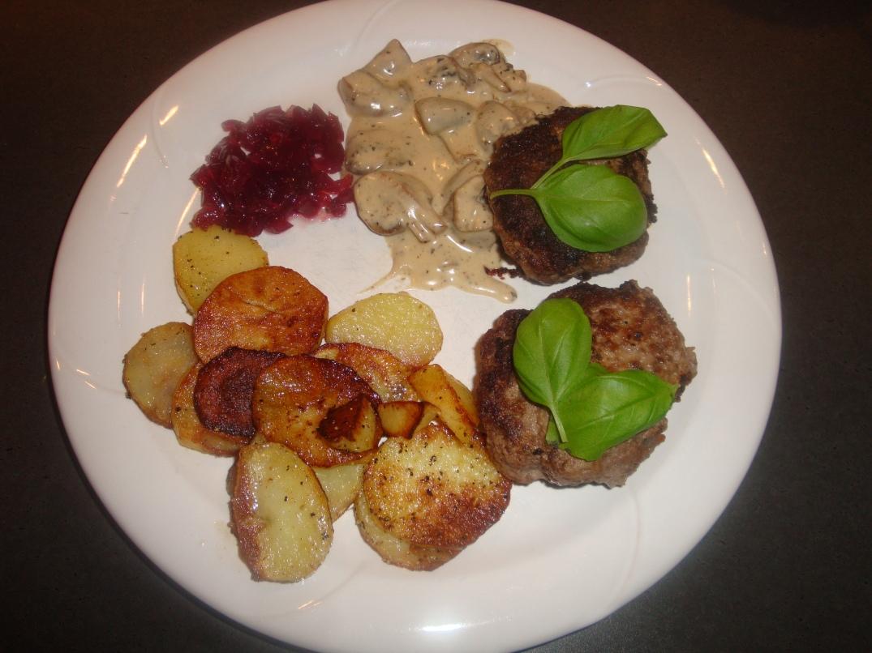 Älgfärsbiffar, råstekt potatis, svampsås o rödlöksmarmelad (2)