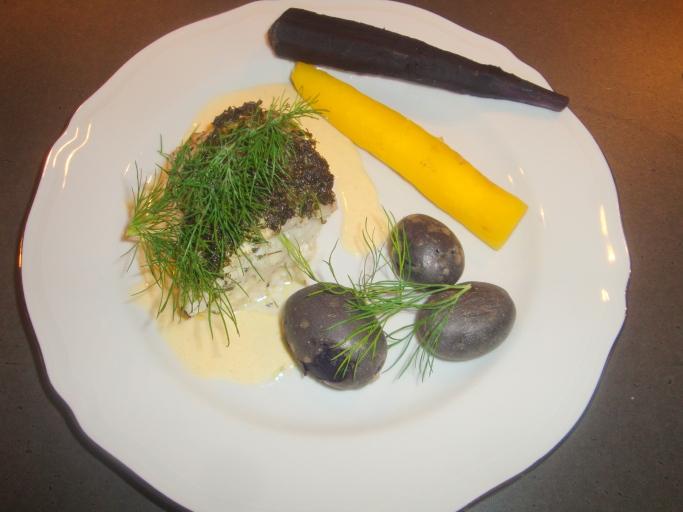 Hälleflundra med örter, morötter, lila potatis och dijonsås (2)