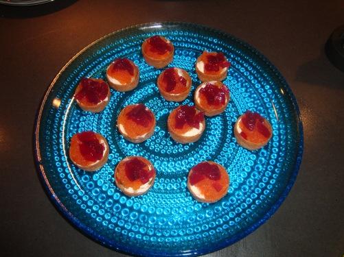 Krustader med créme fraiche, löjrom o rödlöksmarmelad