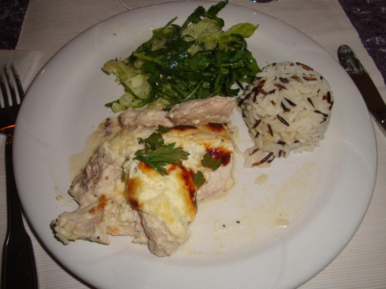 Parmesangratinerad kyckling med vildris och sallad