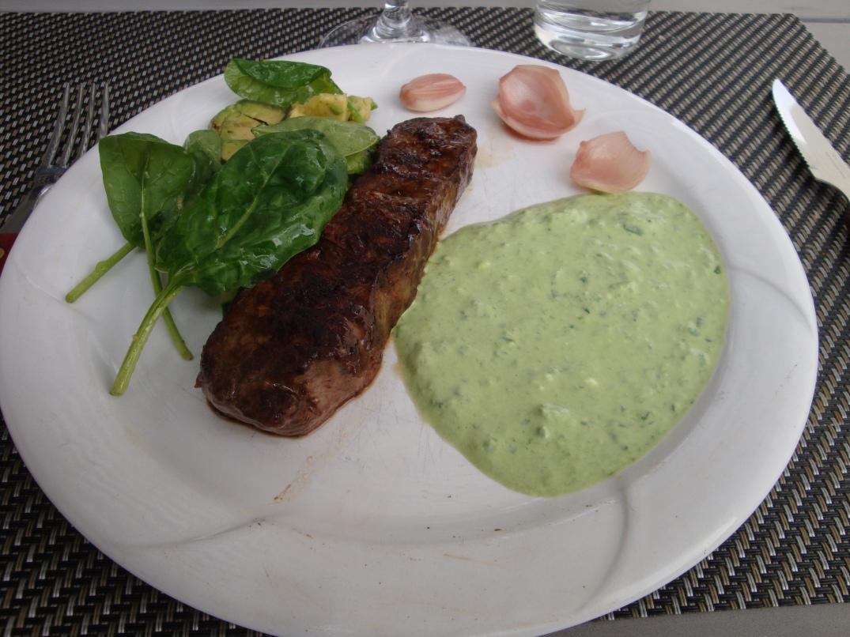 Ryggbiff med grön sås och picklad steklök