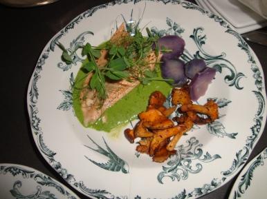 Röding, spenatsås, kantareller och lila potatis