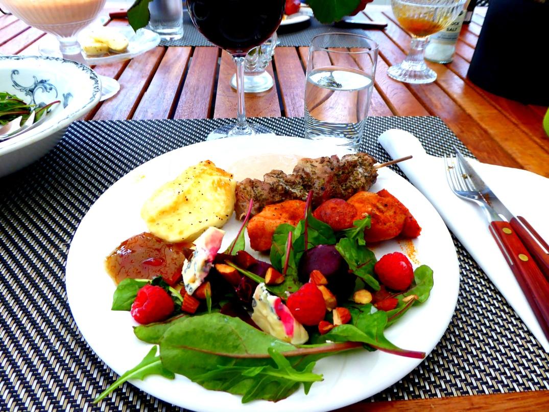 Grillspett med sallad och halloumi (2)