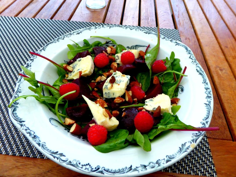 Sallad med rödbetor, hallon och ost